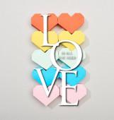 Top kilátás színes szív alakú papírok szürke háttér szeretettel minden, amire szüksége van betű