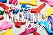 Barevné srdce ve tvaru balónky na šedém pozadí s šťastným Valentýna ilustrace