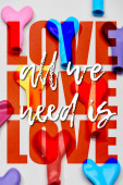 Top kilátás színes lufik szív alakú szürke háttér minden amire szükségünk van a szerelem illusztráció