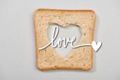 Top kilátás kenyér szelet faragott szív és szerelem felirat szürke háttér