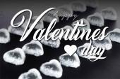 Srdce ve tvaru bonbóny v fólii na černém pozadí s šťastným Valentýna ilustrace