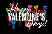 Top kilátás ünnepi színes léggömbök elszigetelt fekete boldog Valentin napi betű
