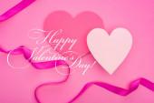 vrchní pohled na prázdné papírové srdce s stuhou izolované na růžové s šťastným Valentýna ilustrace