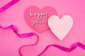 horní pohled na prázdné papírové srdíčka s stuhou izolované na růžové s šťastný vy a já nápis