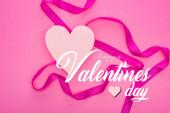 vrchní pohled na papírové srdce s stuhou izolované na růžové s šťastným Valentýna ilustrace