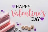 felső nézet ezüst szív, csomagolópapír és kockák szeretettel felirat fehér háttér boldog Valentin-napi illusztráció