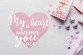 top kilátás Valentin dekoráció, üdvözlőlap, szív, konfetti fehér háttér a szívemmel bárhol van felirat