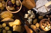 Horní pohled na složení potravin na dřevěném pozadí
