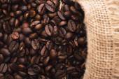 selektivní zaměření čerstvých pražených kávových zrn v sáčku