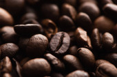 Photo close up view of fresh roasted coffee beans background