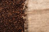 felülnézet friss pörkölt kávébab és zsákvászon