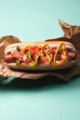 horní pohled na mňam hot dog v papíře na modré