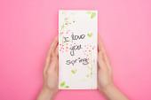 Részleges kilátás nő holding kártya-val szeretlek tavaszi felirat rózsaszín háttér