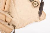 felső nézet a vintage kulcsok és iránytű öregített papír elszigetelt fehér