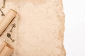 vrchní pohled na staré klíče izolované na bílém papíru
