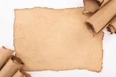 horní pohled na vinobraní prázdný a válcovaný papír izolovaný na bílém