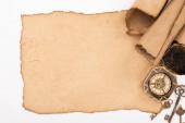 pohled shora na vinobraní prázdný a rolovaný papír, klíče a kompas izolované na bílém