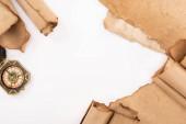 horní pohled na vinobraní kompas a starý papír izolované na bílém