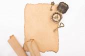 pohled shora na archivní kompas, klíče a starý pergamenový papír izolovaný na bílém