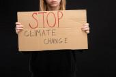 Részleges kilátás a szőke nő plakát stop klímaváltozás betű elszigetelt fekete, globális felmelegedés koncepció