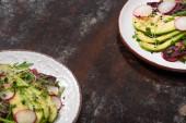 friss reteksaláta zöldekkel és avokádóval, mállott felületű tányérokon