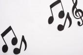 Top kilátás fekete papír vágott zenei jegyzetek fehér