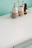Fürdőszoba higiéniai termékekkel a polcon, nulla hulladék koncepció
