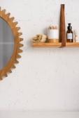 Police s krásou a kosmetickými výrobky v blízkosti zrcadla v koupelně, koncept nulového odpadu