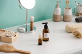 Různé druhy hygienických a kosmetických výrobků v blízkosti tyrkysové stěny v koupelně, koncepce nulového odpadu