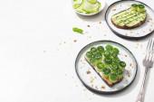 friss uborka pirítós tányérokon közel villa fehér háttér