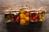 vrchní pohled na lahodné domácí chutné okurky na dřevěném rustikálním stole