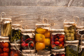 Photo top view of delicious homemade tasty pickles on wooden rustic table
