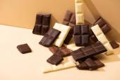 sladké lahodné tmavé, mléko a bílá čokoláda na béžovém pozadí