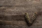 Horní pohled na bylinné šmouhy tyčinky na dřevěném pozadí
