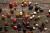 Fotografie Pohled shora na barevné kameny věštící budoucnost na dřevěném povrchu