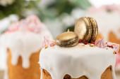 zblízka pohled na lahodný velikonoční dort se zlatými francouzskými makróny