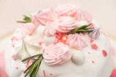 közeli kilátás ízletes húsvéti torta rozmaring és habcsók a máz