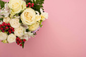 Photo top view of bouquet of flowers on pink background