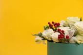 čerstvá kytice květin v dárkové krabici izolované na žluté