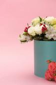 csokor virág ünnepi ajándék doboz rózsaszín háttér