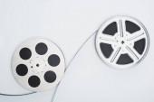 Fotografie Ansicht von Filmrollen und Filmstreifen auf weißem Hintergrund