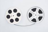 Fotografie Ansicht von Filmrollen mit Filmstreifen auf weißem Hintergrund