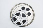 Fotografie Ansicht von Filmrollen mit Filmstreifen im Blechetui auf weißem Hintergrund