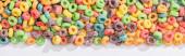vrchní pohled na pestrobarevné snídaně cereálie na bílém pozadí, panoramatický záběr