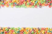 vrchní pohled na pestrobarevné snídaně cereálie na bílém pozadí