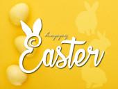 Fotografie Ansicht von oben bemalte Ostereier auf bunt gelbem Hintergrund mit frohen Ostern Illustration
