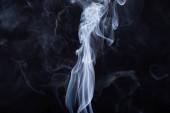 abstrakter weißer fließender Rauch auf schwarzem Hintergrund