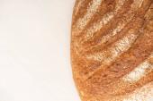 vrchní pohled na čerstvý bochník chleba na bílém pozadí s kopírovacím prostorem