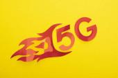Draufsicht auf rot 5g mit Flammenschrift auf gelbem Hintergrund