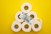 felső nézet fehér WC-papír tekercsek rendezett piramis orosz pénz sárga háttér